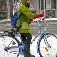 Retró bringával a hóesésben