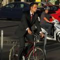 Öltönyben, biciklin