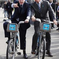 Schwarzenegger a londoni polgármesterrel bringázott