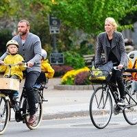 Celebspotting: Naomi Watts és Liev Schreiber bringázik a gyerekeikkel
