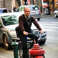 Megcserélik az Andrássy út bicikli és parkolósávját!