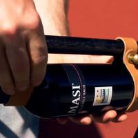 Így műkődik a bőrből készült biciklis bor-kulacstartó