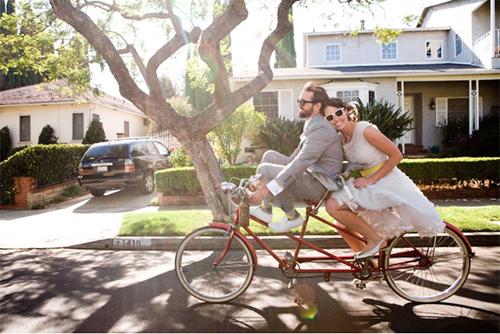 Biciklis esküvő napszemüvegben