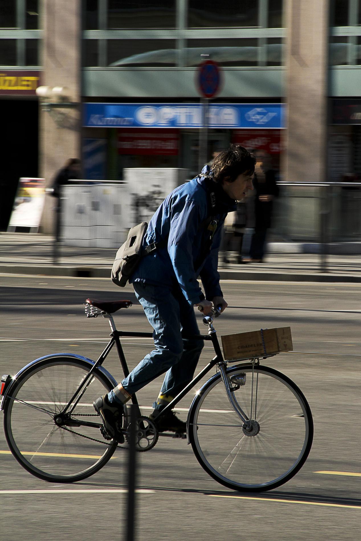 Tavaszi suhanás egy gyönyörű férfi bicajjal