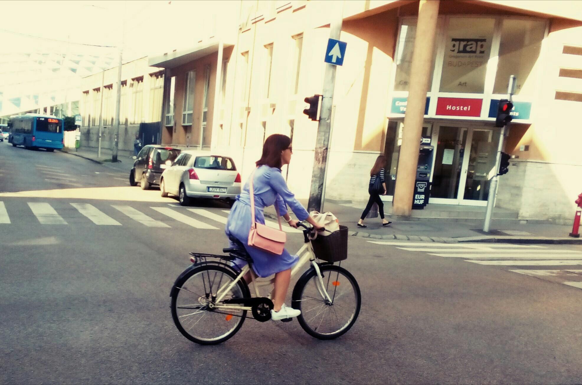 Lila dalra kel egy bicikli