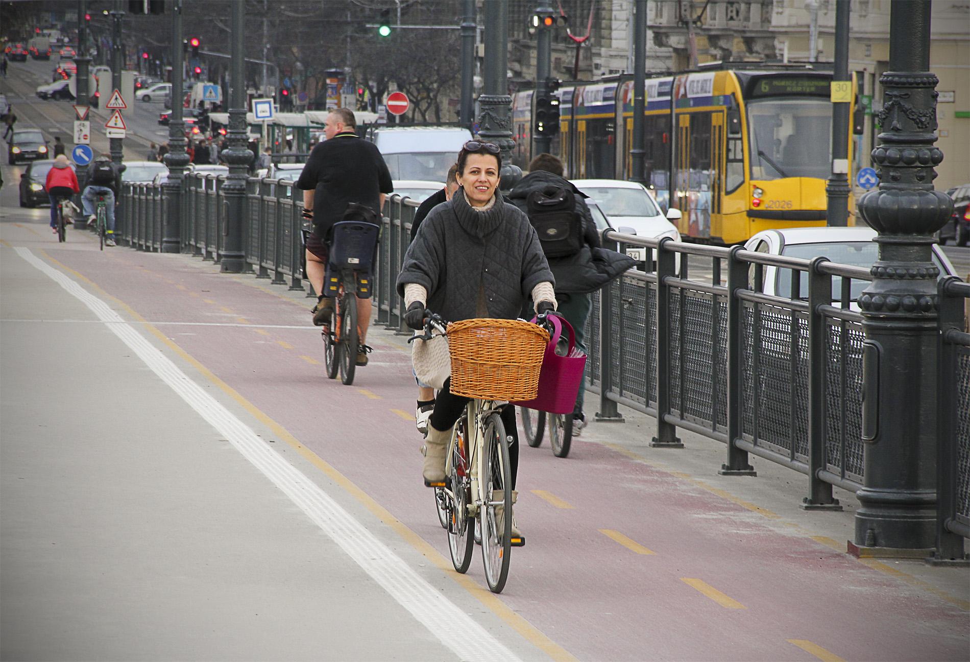 Tavaszi forgalom a hídon