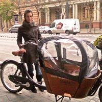 Szuperanyuk a bringasávban