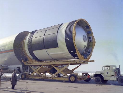 """Huntsville, 1968. A """"Guppi"""" nevű döbbenetes teherszállító  repülőgépet szétnyitják, és kivontatják belőle az S-IVB rakétafokozatot.  Látszik az üzemanyagtartály, amiből majd a Skylab lakótér lesz."""
