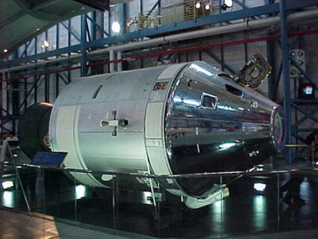 Repülőképes Apollo-űrhajó a látogatóközpontban.  Ezt legalább nem rakták ki az esőre.