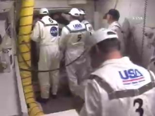 A mérnökök lezárják az űrrepülőgép zsilipét.
