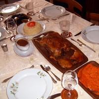 Egészben sült születésnapi kacsa narancsmártással, rizstortával,  piros krumplival