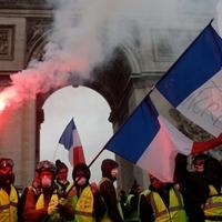 Példátlan a sárgamellényes tüntetéshullám Franciaországban