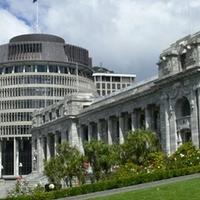 Új-Zéland: kivezették a kormányfőt a parlamentből