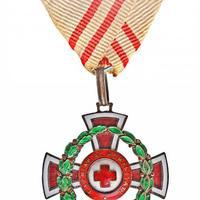 A Vörös Kereszt II. osztályú Díszjelvénye hadi díszítménnyel
