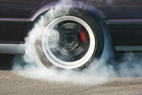 A gumi- és fékpor ezerszer szennyezőbb, mint a kipufogógáz
