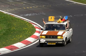 Tetőcsomagtartóval a Nürburgringen – videó