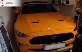 Ferrarit, Mustangokat és gépfegyvereket foglaltak le a nyomozók