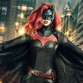 First look képeken nézhetjük meg a Batwoman két új gonosztevőjét, Hush-t és Magpie-t