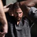 Oliver a börtön falain belül próbál túlélni az Arrow új képein