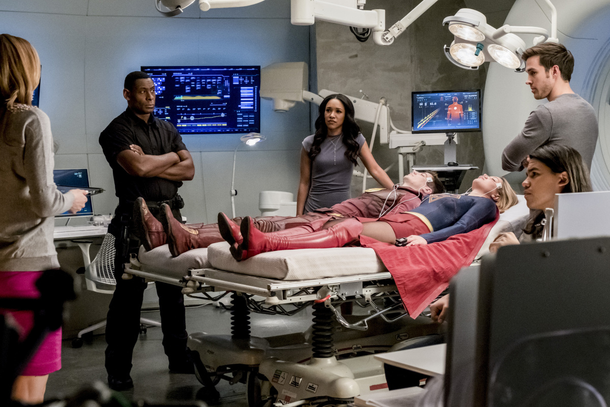 The Flash -- 'Duet' -- FLA317a_0336b.jpg -- Pictured (L-R): David Harewood as Hank Henshaw, Candice Patton as Iris West, Grant Gustin as Barry Allen, Melissa Benoist as Kara, Chris Wood as Mike and Carlos Valdes as Cisco Ramon -- Photo: Katie Yu/The CW -- © 2017 The CW Network, LLC. All rights reserved.