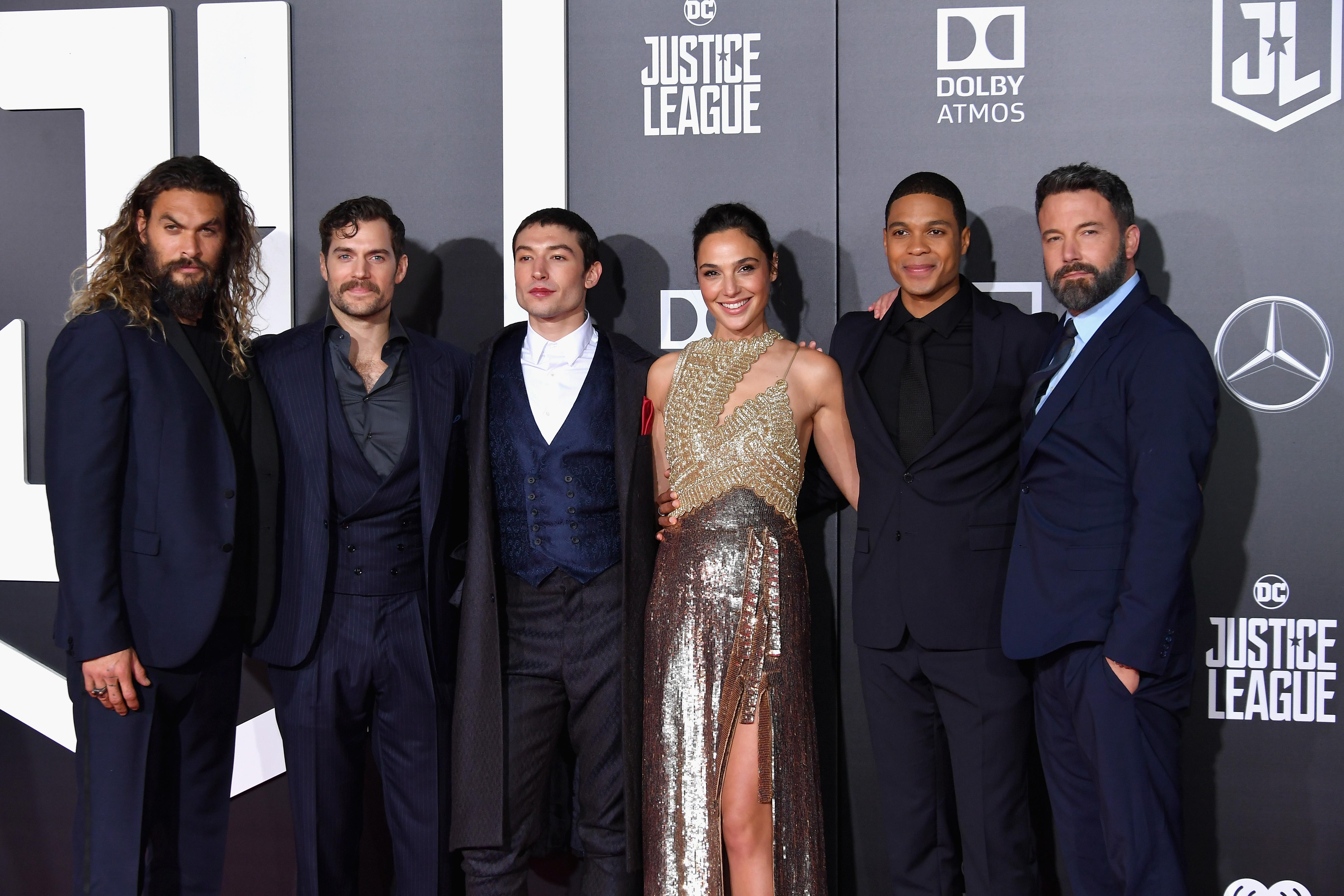 A képen balról jobbra: Jason Momoa, Henry Cavill, Ezra Miller, Gal Gadot, Ray Fisher és Ben Affleck