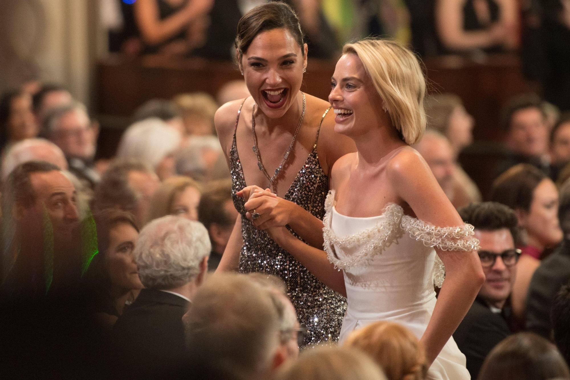 Gal Gadot és Margot Robbie épp arról beszélget, hogy 'Az igazság ligájá'-t vagy az 'Öngyilkos osztag'-ot barmolta szét jobban a Warner