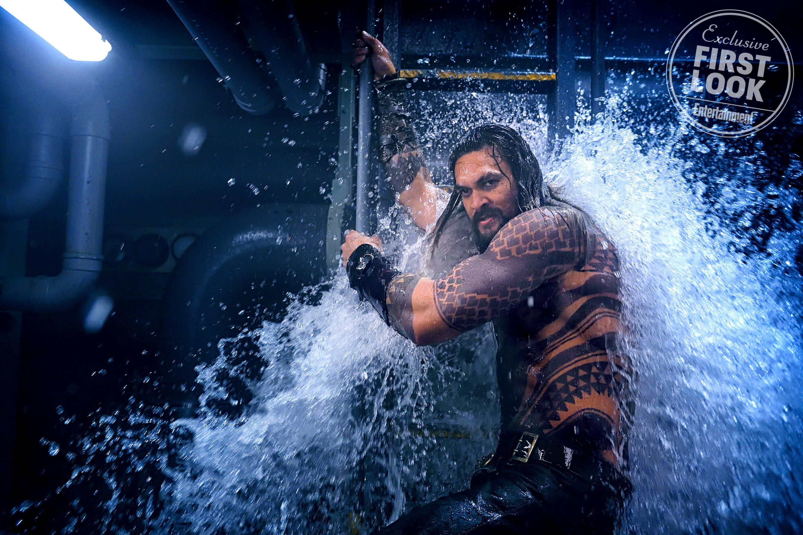 Aquaman (Jason Momoa) egy kalózok által megtámadott tengeralattjárón akciózik.<br /><br />Jasin Boland/Warner Bros.