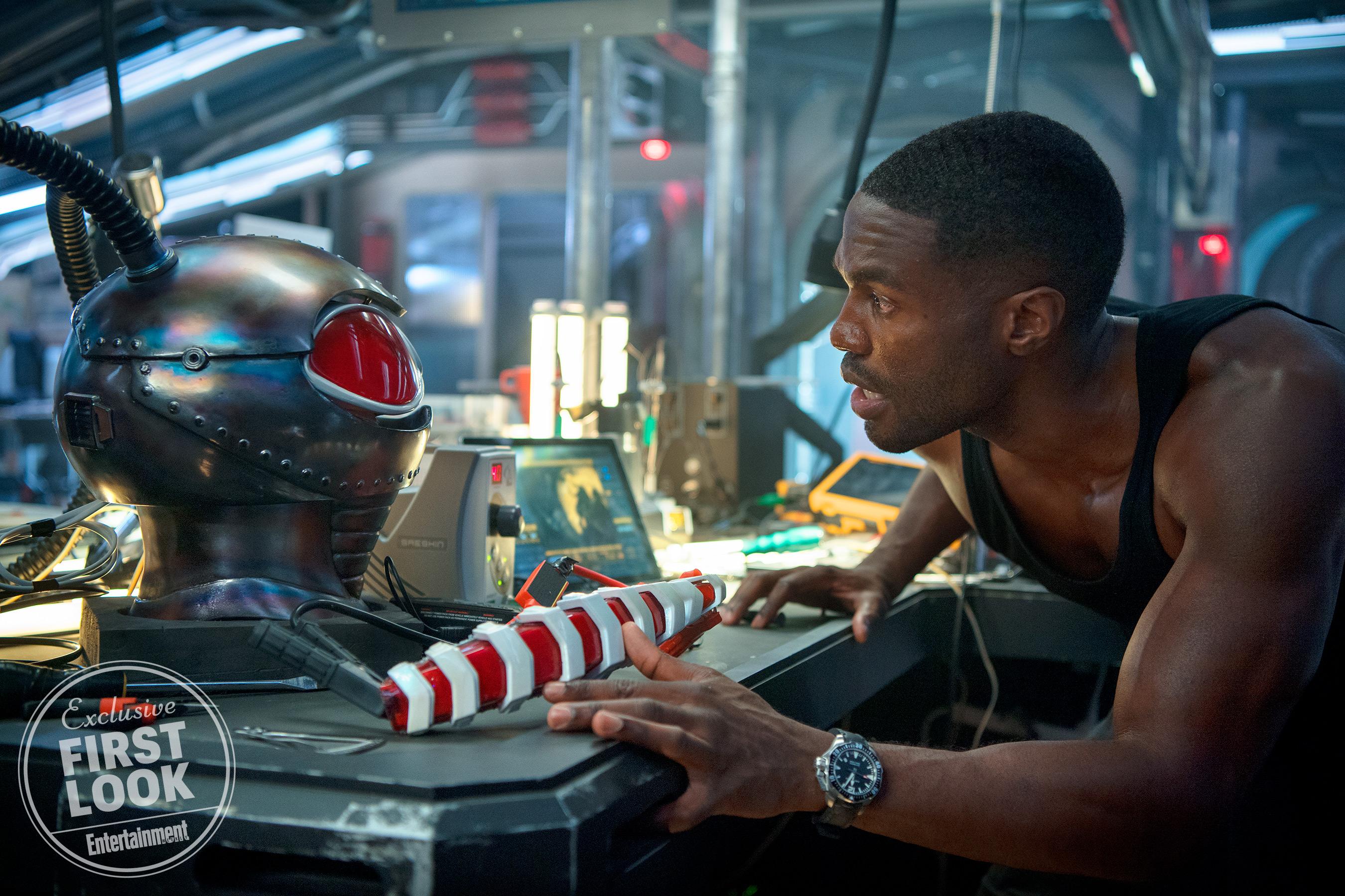 A tengeri zsoldos Black Manta (Yahya Abdul-Mateen II) a szuperruhája prototípusán dolgozik, és készül elszabadítani a poklot.<br /><br />Jasin Boland/Warner Bros.