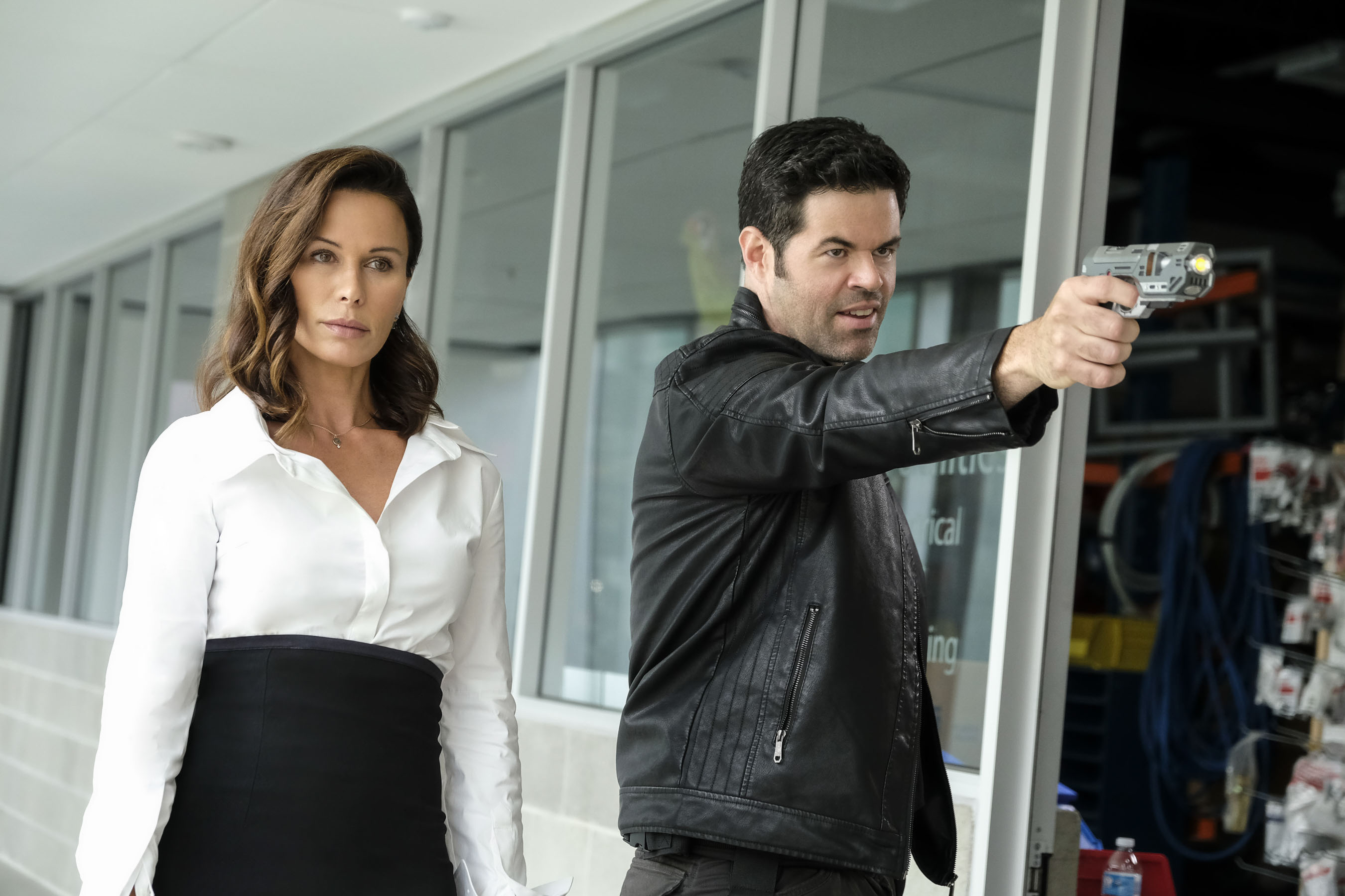 Rhona Mitra, mint Mercy Graves és Robert Baker, mint Otis Graves