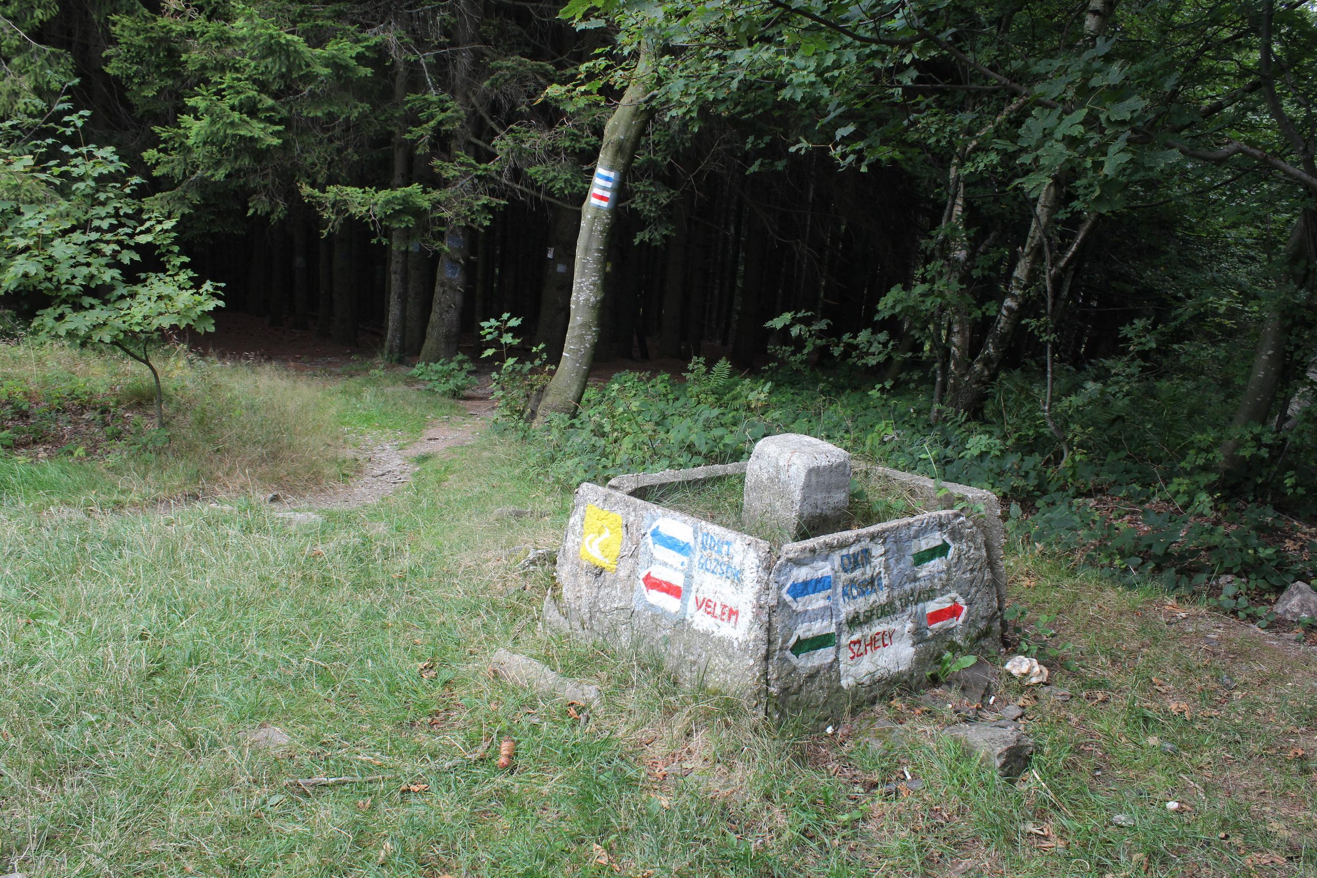Eligazítás az Írott-kő alatt 30 méterrel. (Fotó: Papp Géza, ddkektura.blog.hu)