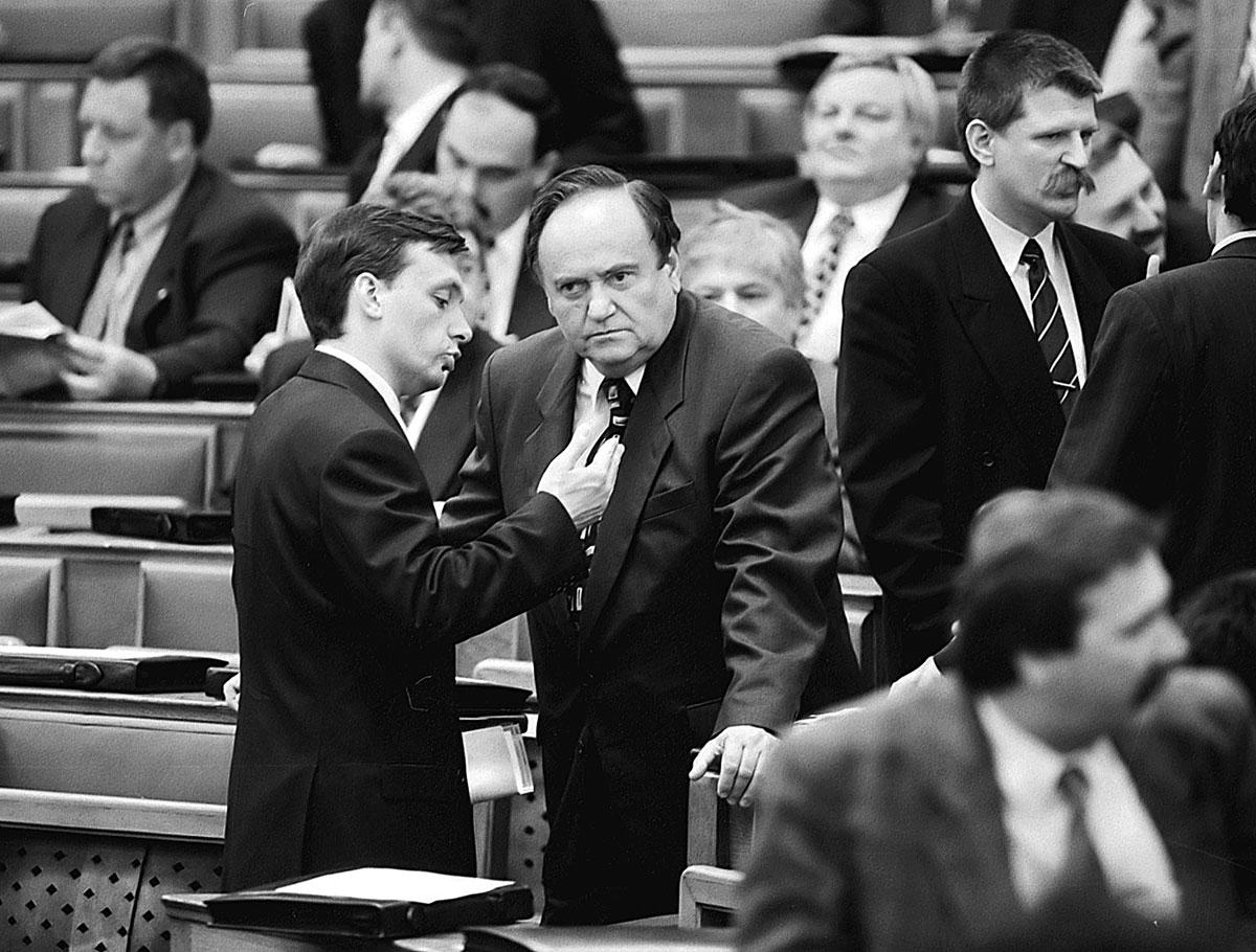 orban_viktor_es_torgyan_jozsef_az_1998-as_parlament_alakulo_ulesen_nol.jpg