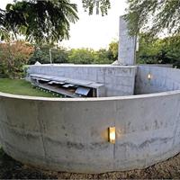 Ház betongolyókkal