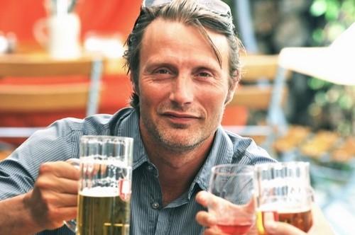 cheers-mads-mikkelsen-34198873-500-332.jpg