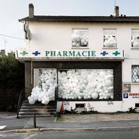 A hétköznapi helyek mennyire máshogy festenek, ha fehér lufikkal dekorálják őket!