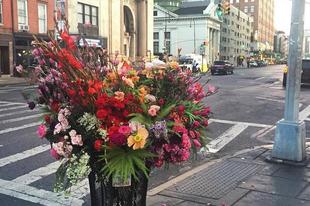 Valaki virágokkal dekorálta ki New York utcáit! De miért?