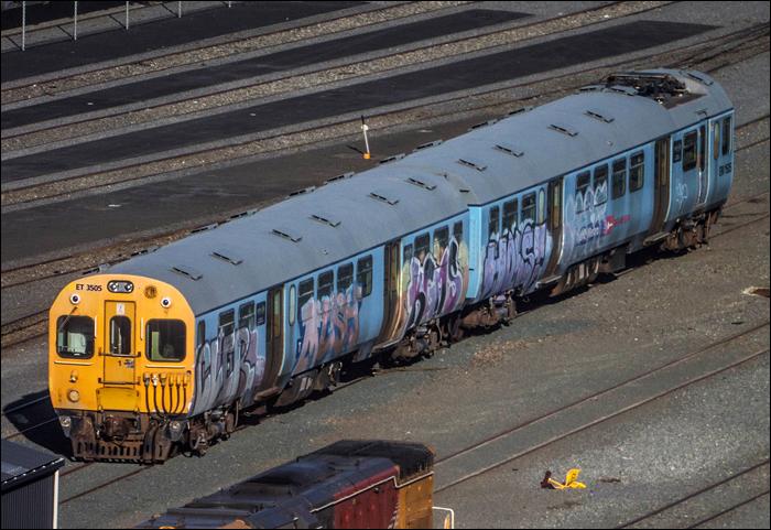 Az Új-Zélandon maradt Ganz-MÁVAG EMU flotta fele a wellingtoni pályaudvar egyik tárolóvágányán. A képen is látható EM1505 / ET3505 duót a Wellington Heritage Multiple Unit Preservation Trust kaparintotta meg 1 új-zélandi dollárért, ám a hírek szerint a járművet csak graffitimentesítés után lehet elszállítani a társaság maymorni telephelyére.