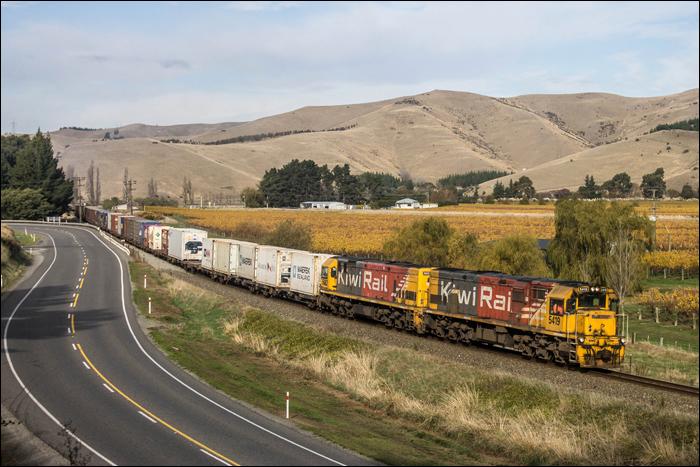 A két KiwiRail DXR közül az egyik és egy DXC (elől) sorozat halad tehervonatával a marlborough-i borvidék szőlői előtt, melyek az új-zélandi bortermelés kb. 70%-át teszik ki. E vonal egyébként Christchurch és a wellington felé tartó kompok kikötőjeként szolgáló Picton között húzódik a déli szigeten, ám jelenleg mindössze napi két pár tehervonat közlekedik erre a hét 5-6 napján.