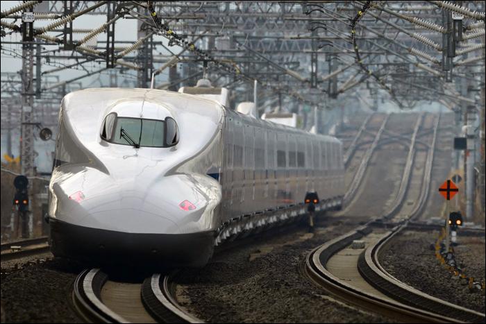 A nemrég selejtezett X0-s jelű N700A sorozatú shinkansen, egy fiatalabb, 2008-ban készült társa halad Maibara közelében Osaka felé.
