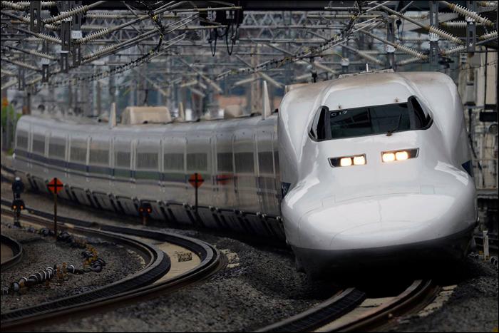 JR Central 700-as sorozatú shinkansen halad át Maibara állomáson. A képen látható járművet alig néhány hónappal a kép készülte után, 2016 áprilisában törölte állományából a vasúttársaság.