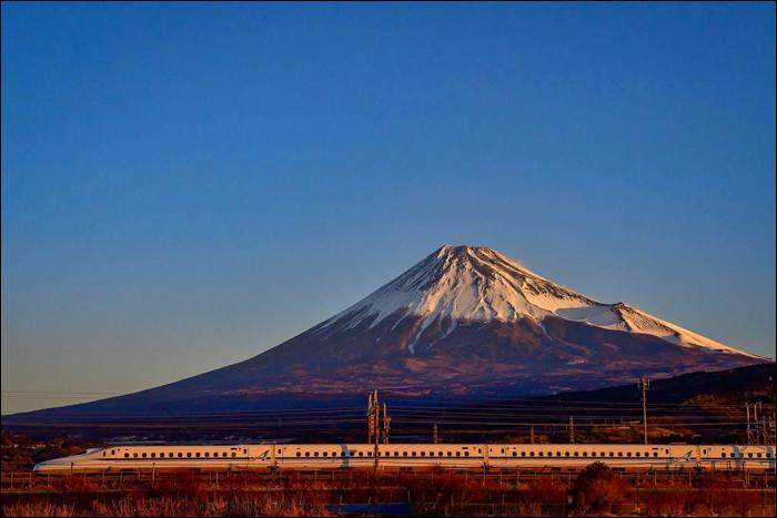 JR Central N700A sorozatú shinkansen halad a Tokyo - Hiroshima viszonylatú Nozomi 101-es járattal Mishima és Shin-Fuji állomások között.