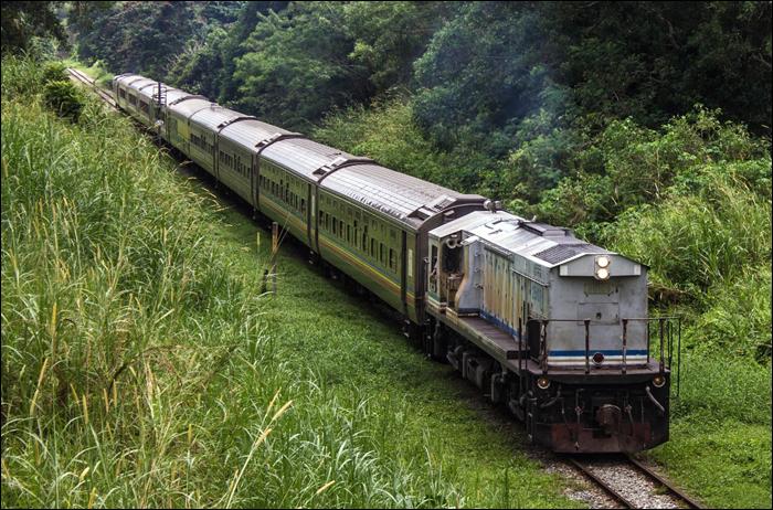 """A Gemas - JB, villamosítatlan, egyvágányú szakaszon ehhez hasonló """"shuttle"""" személyvonatok teremtenek összeköttetést napi 3 (!) alkalommal. A vonatok többsége általában 3-4 személykocsiból áll, a képen is látható hosszúságú társaikkal általában szerelvényvonatot spórolnak."""