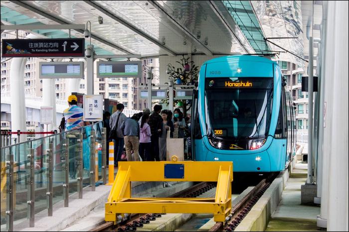 A TRSC (Taiwan Rolling Stock Co.) és a Voith Engineering által létrehozott villamosok egyike a Danhai LRT Hongshulin végállomásán.