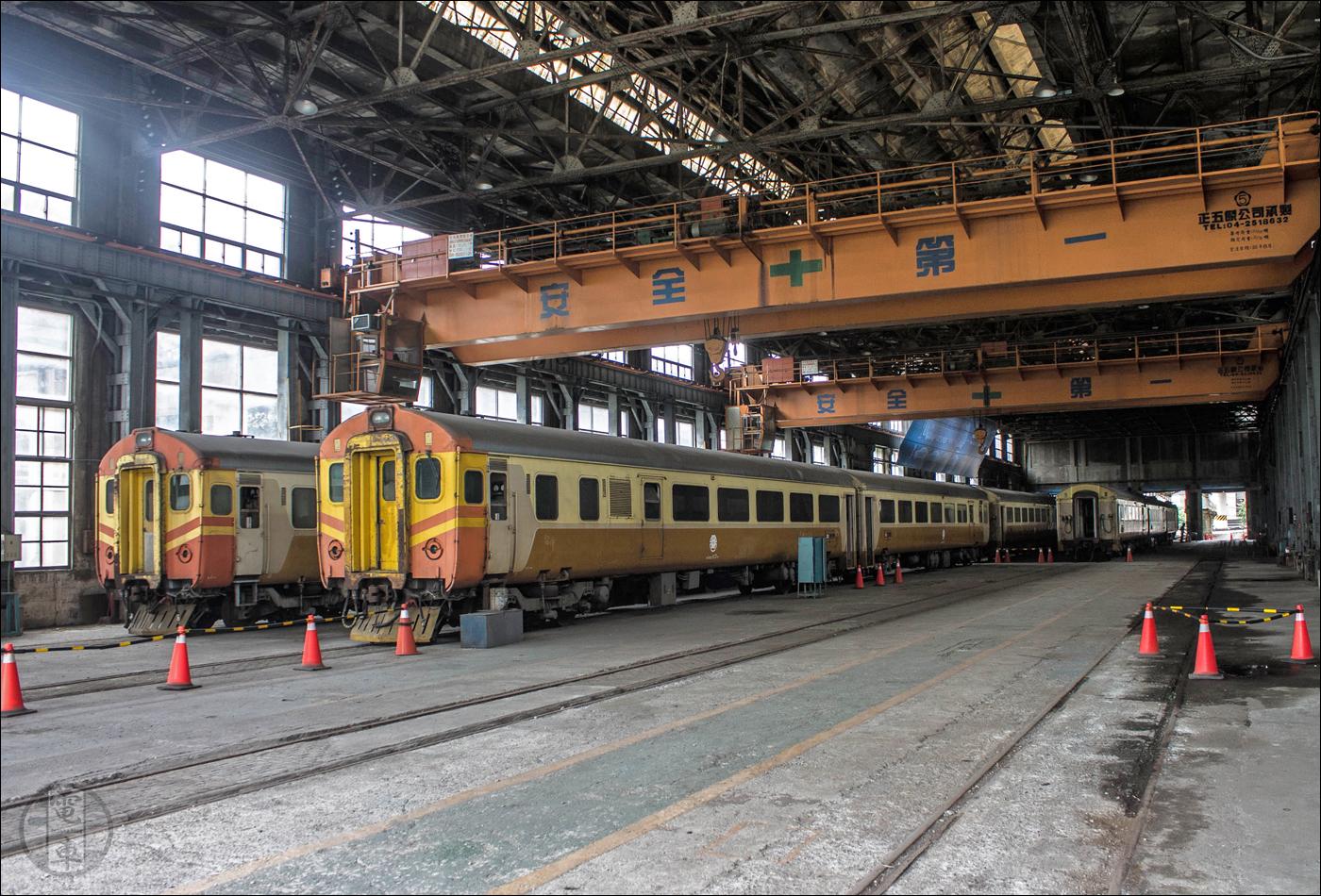 A brit GEC (General Electric Co. (nem összetévesztendő a mai GE-vel!) és BREL (British Rail Engineering Ltd.) által 1974 és 1977 között gyártott TRA EMU100-as sorozatú villamos motorvonatok a Taipei Főműhely kocsijavítójában.