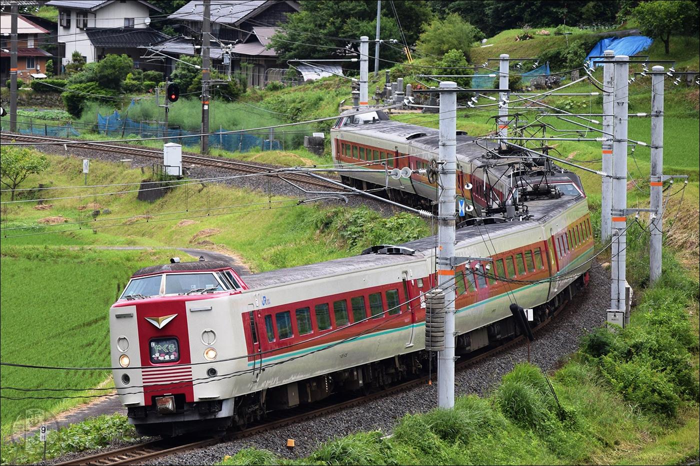 JR West 381-es sorozatú motorvonat a Hakubi vonalon. A 381-es sorozat gyakorlatilag az utolsó olyan JNR jármű, mely menetrend szerint is közlekedik, így Japánban töltött éveim alatt én is igyekeztem minél több képet felhalmozni e széria tagjairól.