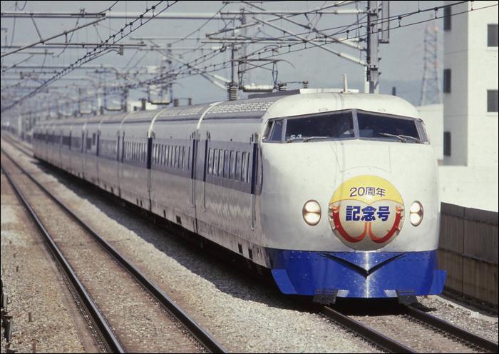 A Tokyo és Osaka között húzódó Tokaido shinkansen 20 éves fennállását hirdető 0-s sorozatú jármű halad Shin-Osaka felé 1984-ben. A legendás motorvonatok nemcsak a japán vasúti közlekedés, de az egész ország szimbólumává nőtték ki magukat, megalapozva a shinkansen világraszóló hírnevét. (Fotó: Akasaka Yasutaka)