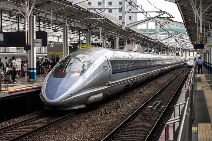 JR West 500-as sorozatú shinkansen Okayama állomáson. Bár a sokak által az egyik legszebbnek tartott jármű első ízben hozta el a 300km/h-s utazósebességet a Sanyo shinkansenre, az 1996 és 1998 között készült motorvonatok igazi veteránnak számítanak már Közép- és Nyugat-Japán (illetve már csak Nyugat-Japán) nagysebességű vonalain.