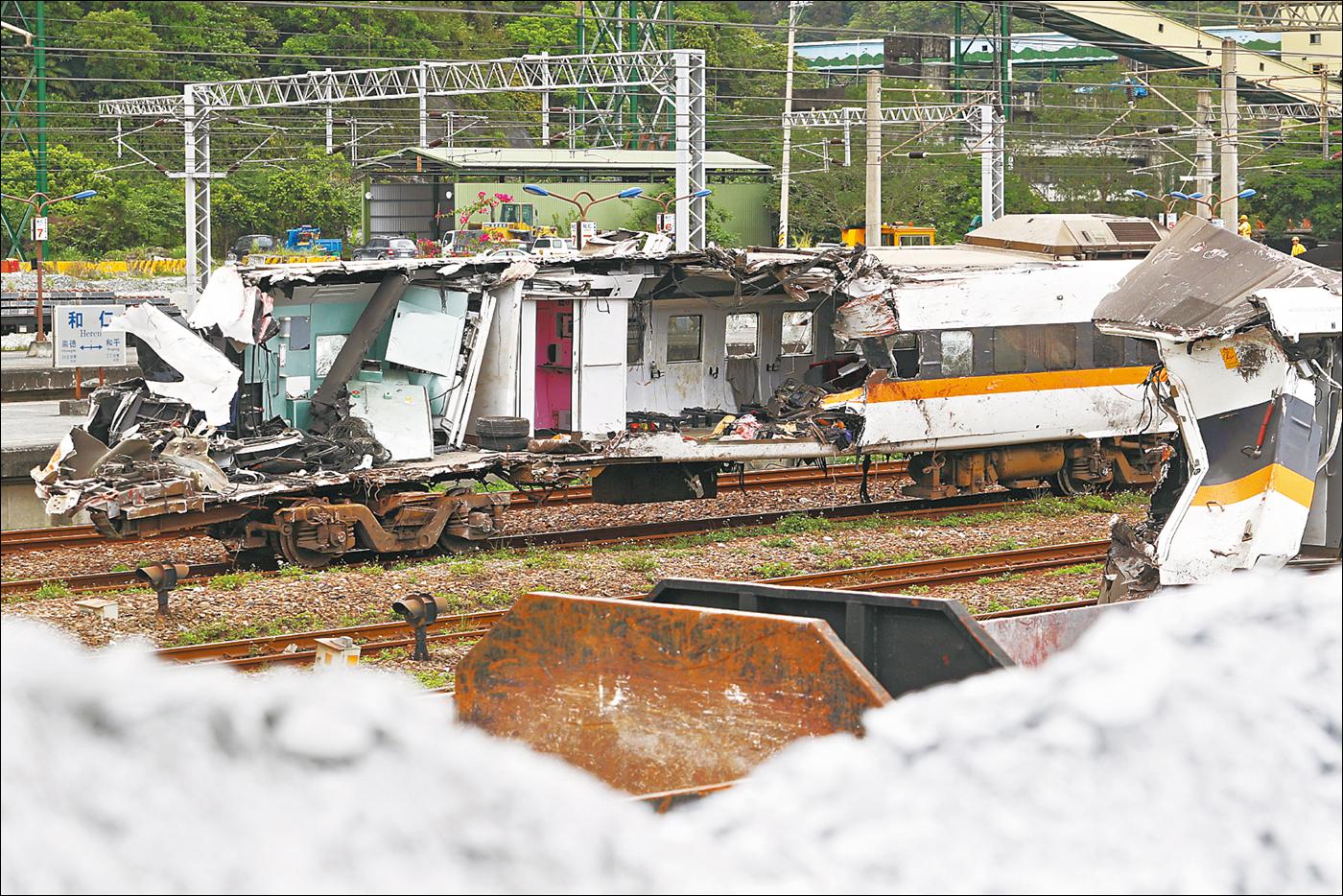 """A balesetet szenvedett """"Taroko"""" gyorsvonat földi maradványai Heren állomáson. (Forrás: Apple Daily)"""