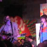 Zooey és vőlegénye egy színpadon
