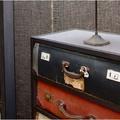 Angol: fiókos szekrény öreg bőröndökből