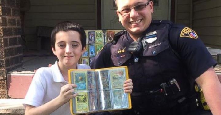 Ellopták a kissrác Pokémon kártyagyűjteményét, a rendőr a sajátját adta oda neki